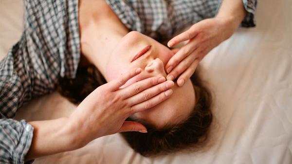 Nếu bạn bị đau mắt đỏ, bạn có thể trở lại làm việc bất cứ lúc nào, nhưng bạn sẽ cần phải đề phòng, chẳng hạn như rửa tay kỹ sau khi chạm vào mắt